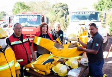Bomberos reciben equipos de protección contra incendios