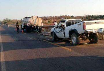 Una camioneta se estrello detrás de camión de Bomberos