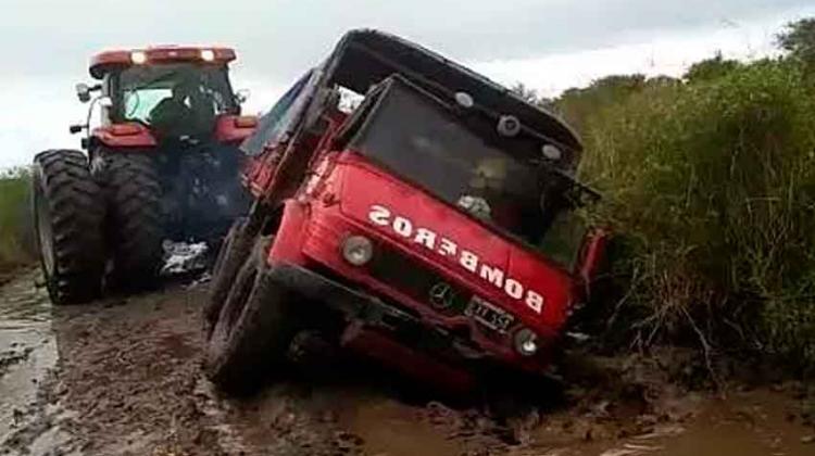Camión de bomberos quedó hundido en el camino