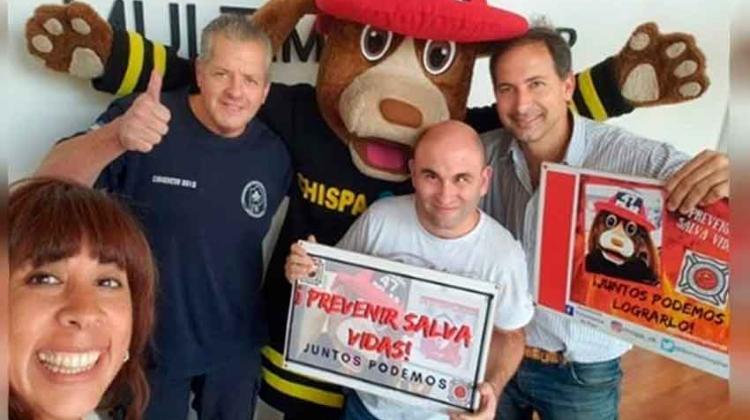 Los bomberos salen a hacer prevención Con su mascota