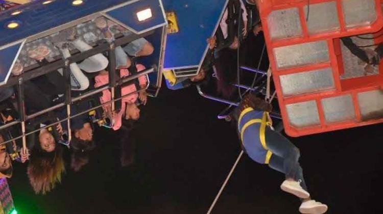 Una atracción mecánica se rompió y 36 personas fueron rescatadas por Bomberos