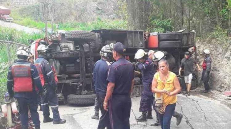 Tres bomberos lesionados al volcar su vehículo en Los Teques