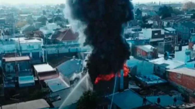 Incendio en un depósito de neumáticos cubrió a Quilmes de humo