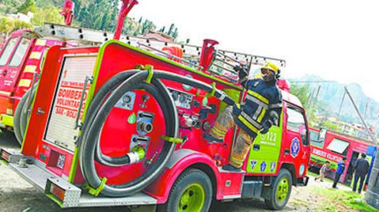 Bomberos Voluntarios compran su propio carro bombero