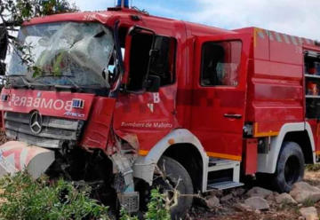 Un camión de los Bomberos de Mallorca se sale de la calzada