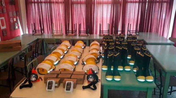 Llegaron cascos y botas de origen americano para Bomberos