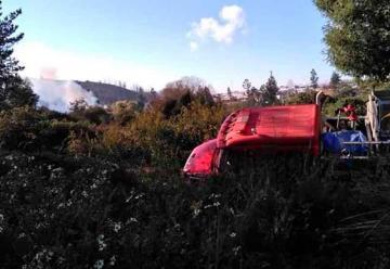 Carro de Bomberos cayó a una zanja cuando acudía a combatir incendio