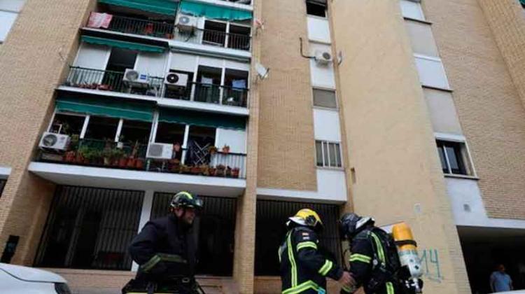 Una mujer y dos bomberos atendidos por inhalación de humo