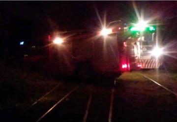 Bomberos se atascaron en las vías cuando venía el tren