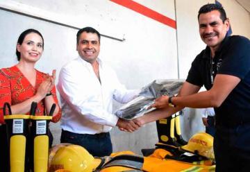 Entregan uniformes a bomberos de Parral