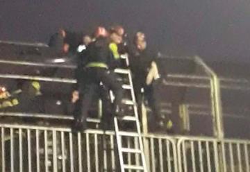 Bomberos evitaron que un hombre se arroje de un puente