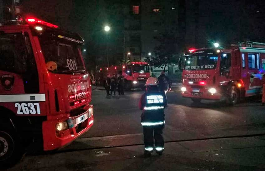 Bomberos rescataron a 9 personas en un incendio en Chacarita