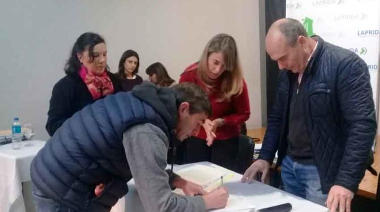 Los Bomberos Voluntarios de Laprida firmaron su escritura