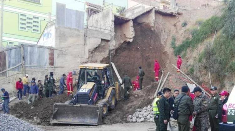 Bombero muere al rescatar cuerpos aprisionados en deslizamiento