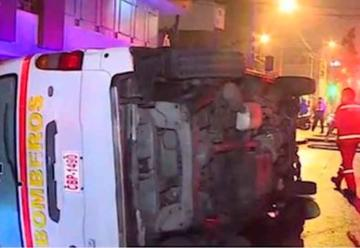 Tres bomberos heridos dejó choque de taxi contra ambulancia