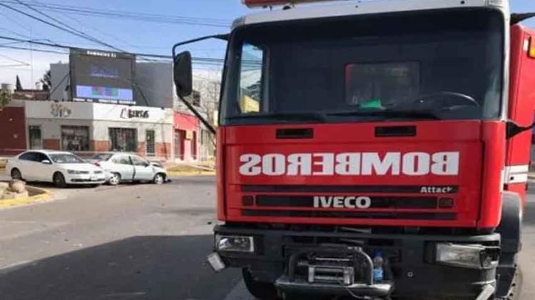 Un camión de bomberos chocó cuando iba a sofocar un incendio