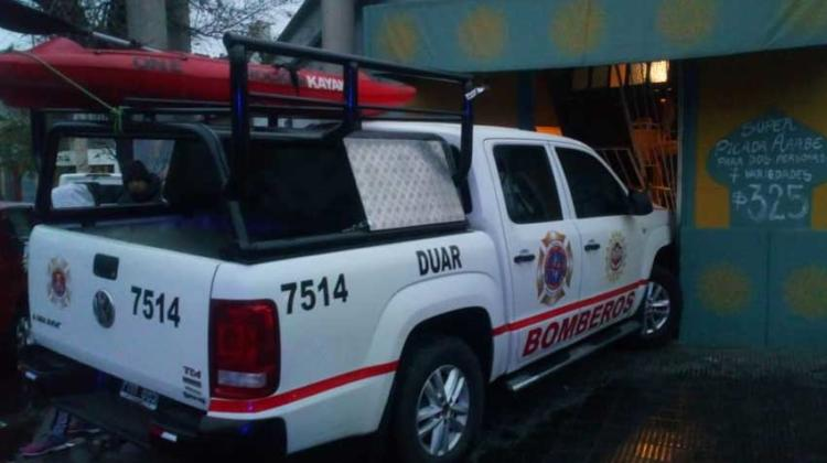 Una camioneta de bomberos chocó contra un negocio