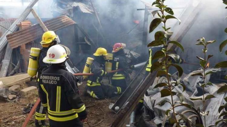 Bomberos apagaban un incendio cuando se derrumbo un tinglado