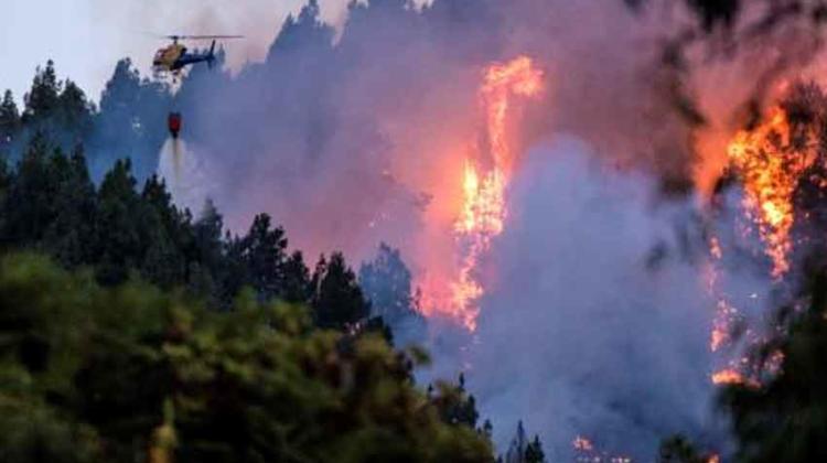 El fuego avanza fuera de capacidad de control en Gran Canaria