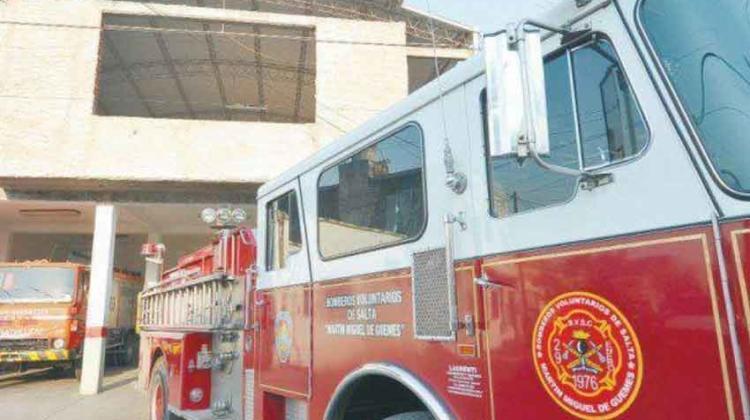 Un bombero salvó a otro de morir electrocutado