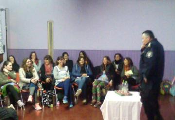 Bomberos capacitan a maestros de jardines de infantes