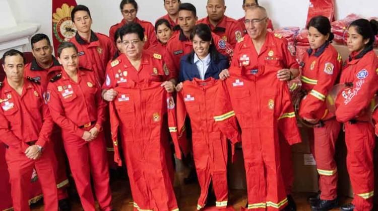 Bomberos de Perú recibió donación de overoles