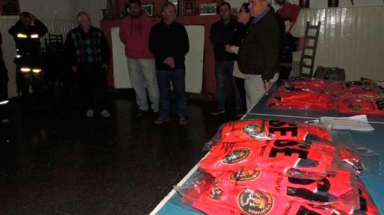 Donaron vestimenta a los Bomberos de General La Madrid