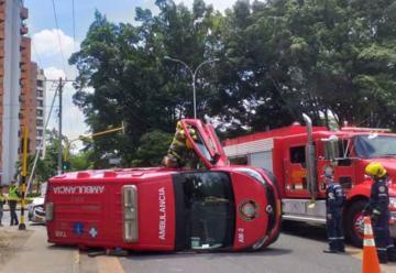 Ambulancia de bomberos terminó volcada tras accidente