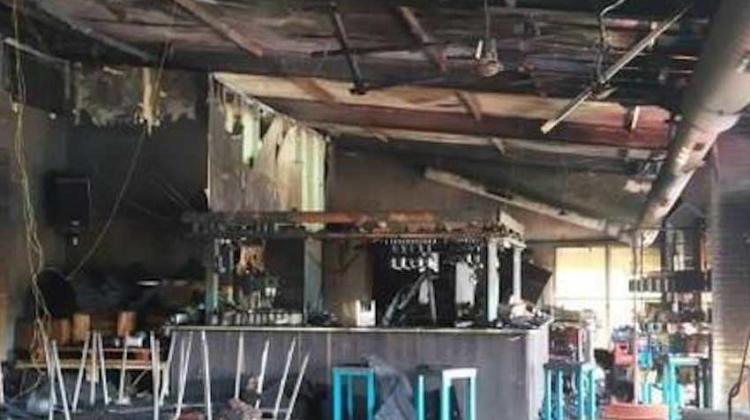 Intoxicados dos bomberos en incendio de las piscinas de Nalda