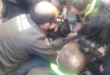 Bomberos rescataron a un bebé que había caído en un desagüe
