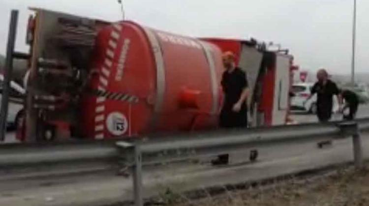 Vuelca un camión de bomberos cuando acudía a sofocar incendio