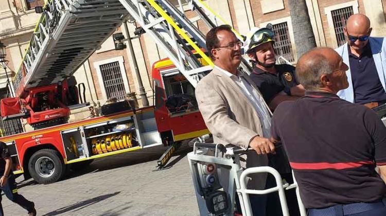 Bomberos de Sevilla incorporan un nuevo vehículo autoescalera