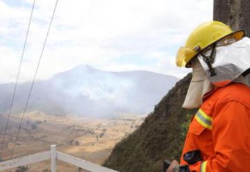 Bomberos instalan campamento en el Pululahua para combatir incendio