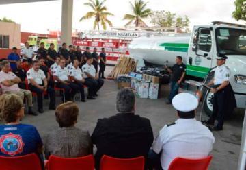 Reciben Bomberos de Mazatlán equipos y uniformes nuevos