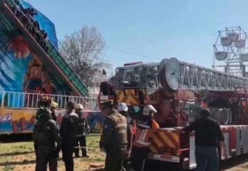 Juego mecánico sufre falla y bomberos rescata a cinco personas