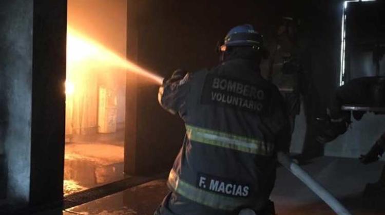 Periodistas se convierten en bomberos por unas horas