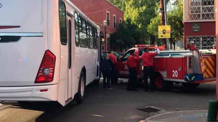Bus de ruta choca a camión de Bomberos
