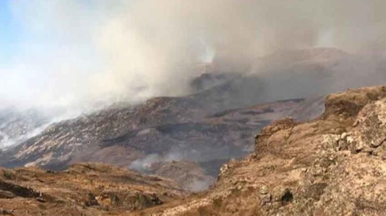 Bomberos voluntarios combaten incendios forestales en Córdoba