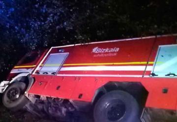 Vuelca un camión de bomberos mientras acudían a sofocar un incendio