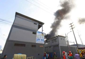 Más de 10 unidades de bomberos por incendio en fábrica