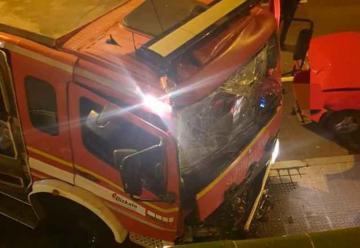 Camión de Bomberos choca contra dos coches y una pared