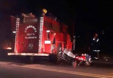 Militar muere al chocar contra camión de bomberos