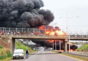 Fuego en un camión con combustible en Corrientes