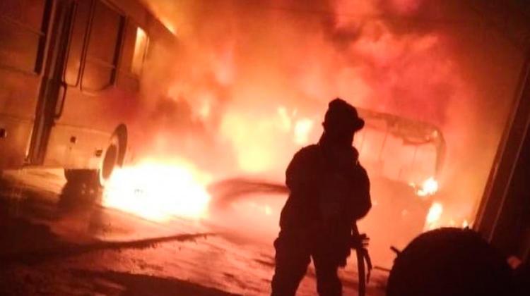 Gran incendio en un galpón de micros escolares