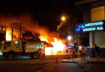 Voraz incendio consumió por completo un autoservicio