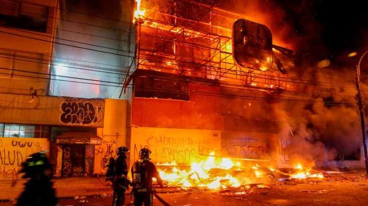 Murieron 3 personas durante incendio en un supermercado saqueado