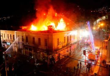 Bomberos combatió incendio en farmacia saqueada