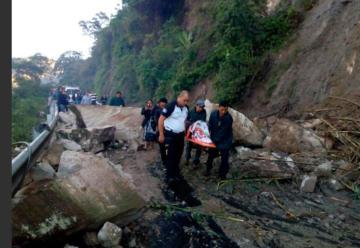 Bomberos quedan atrapados por derrumbe y llevan a pie a pacientes