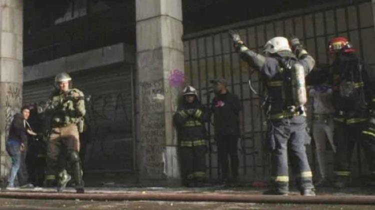 Desmienten fotografía de carabinero amenazando a bombero