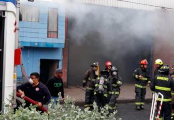 Bombero cayó a pozo séptico mientras combatía incendio